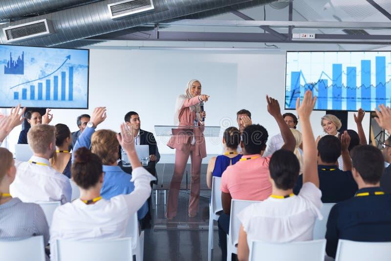 女性演讲人在企业研讨会讲话 免版税库存照片
