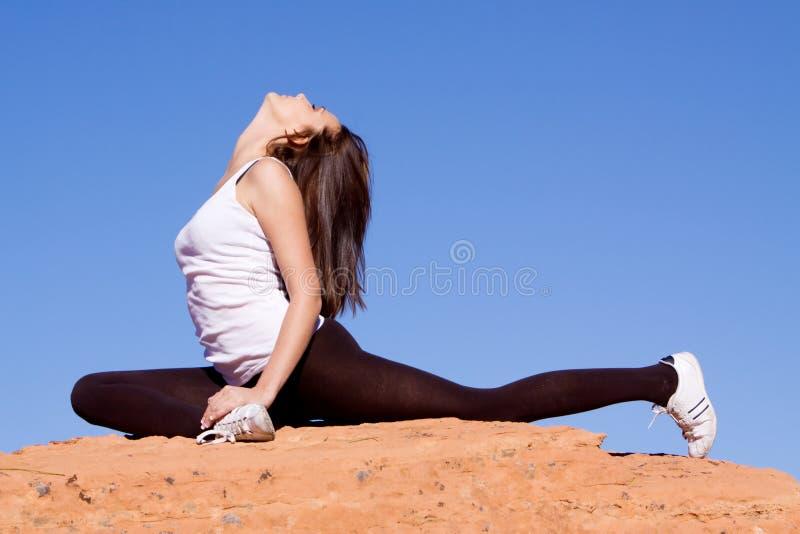 女性灵活的体操运动员 免版税图库摄影