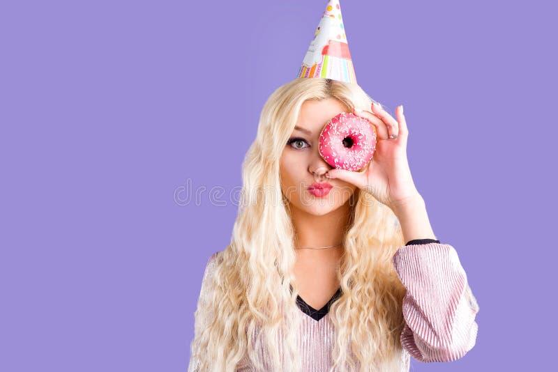 女性照片拿着甜可口多福饼 库存图片
