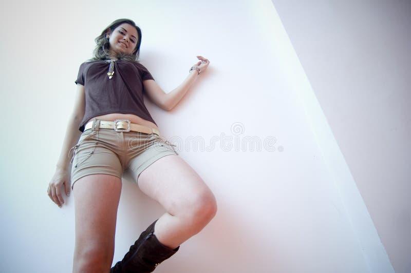 女性熟悉内情的年轻人 免版税图库摄影