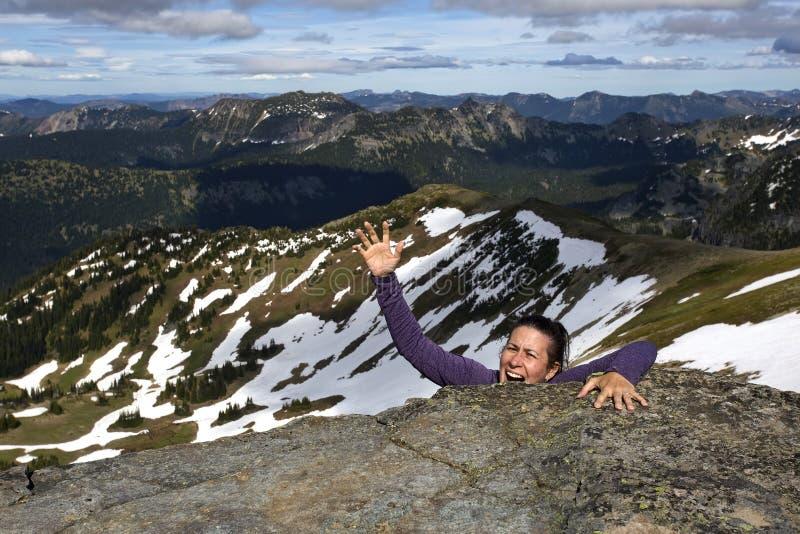 女性爬山者为帮助叫喊 库存照片