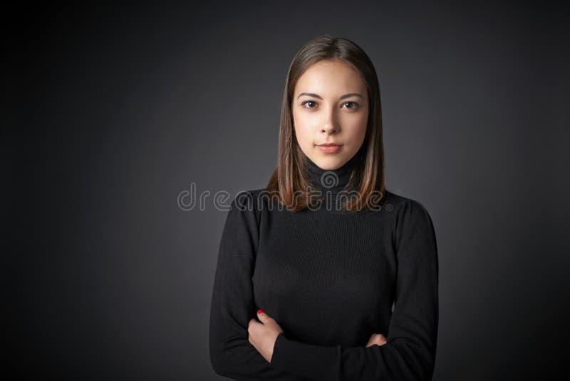 年轻女性特写镜头画象黑套头衫的 免版税库存图片