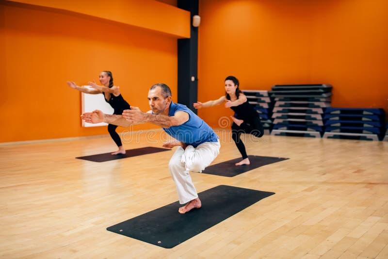 女性瑜伽小组,训练与辅导员 免版税库存照片