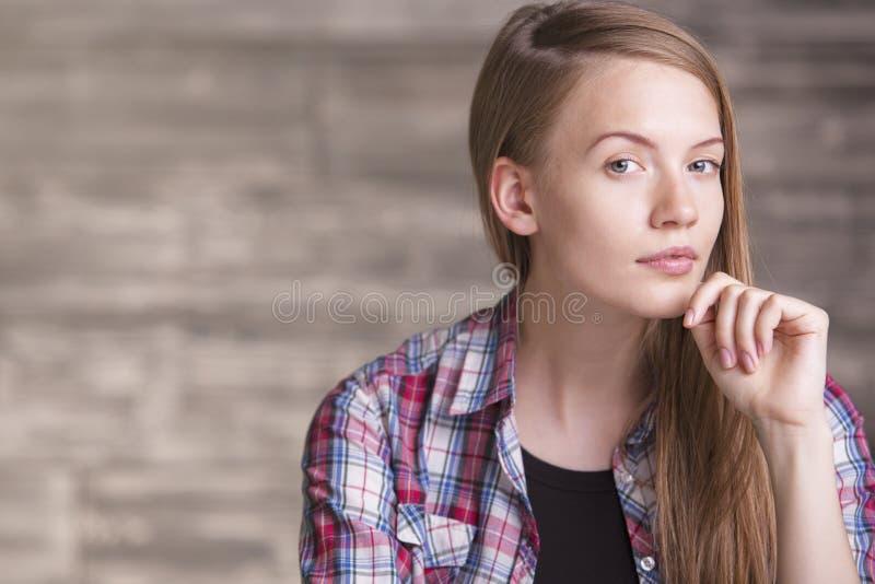 女性用在下巴的手 免版税库存照片