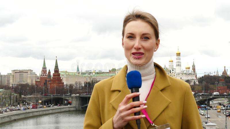 女性电视记者 库存图片