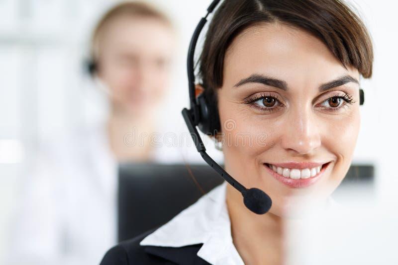 女性电话中心服务操作员在工作 库存图片
