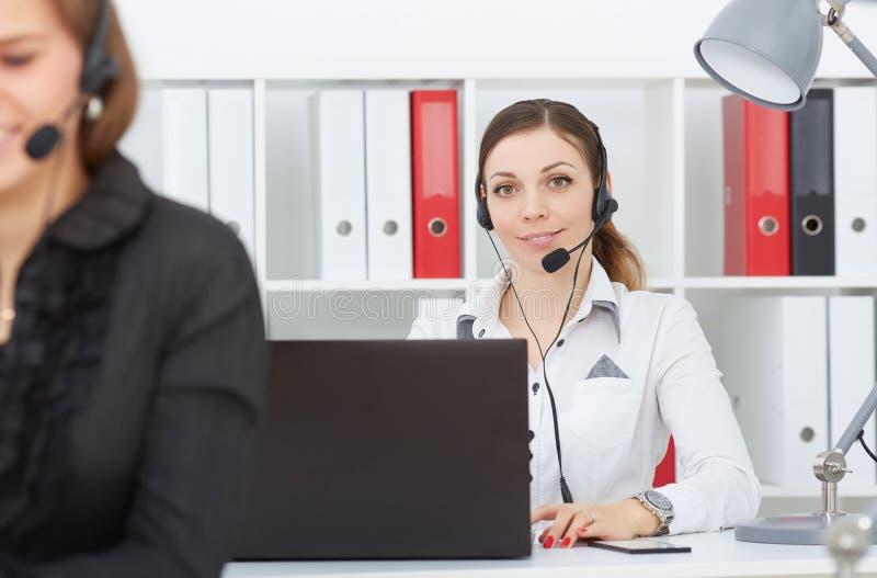 女性电话中心服务操作员在工作 免版税库存照片
