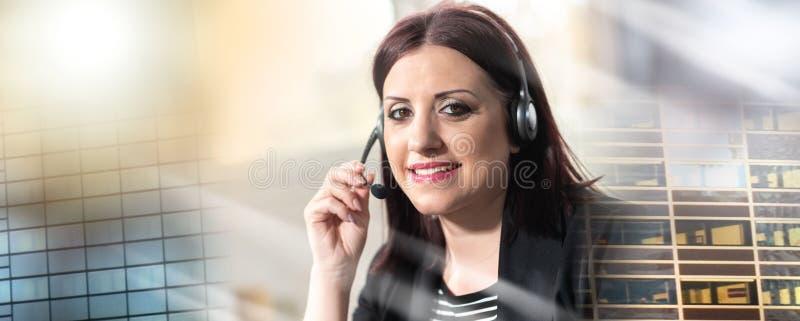 女性电话操作员画象有耳机的;多重曝光 库存图片