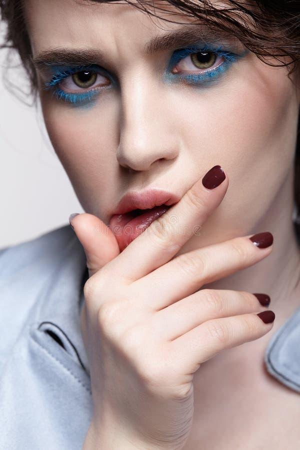 女性画象水兵的 有异常的秀丽构成和湿头发的妇女和蓝色阴影构成 库存图片