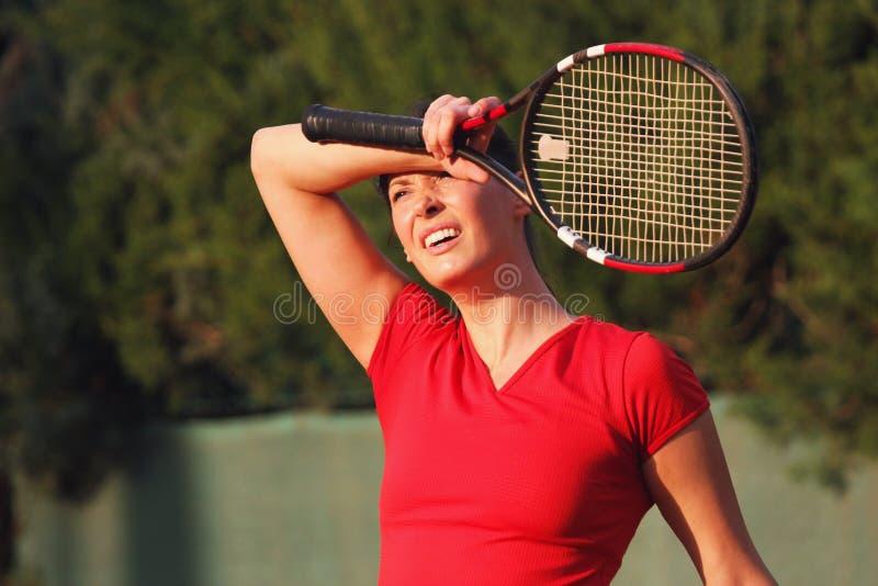女性疲乏的女子网球员,球拍 抹汗水 免版税库存照片