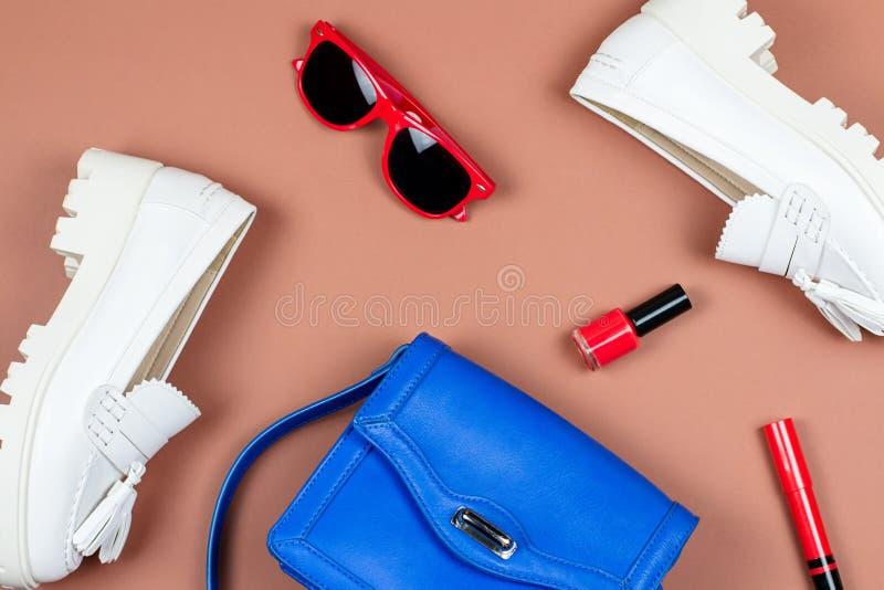 女性白游手好闲者、蓝色钱包和红色辅助部件舱内甲板位置 免版税库存照片