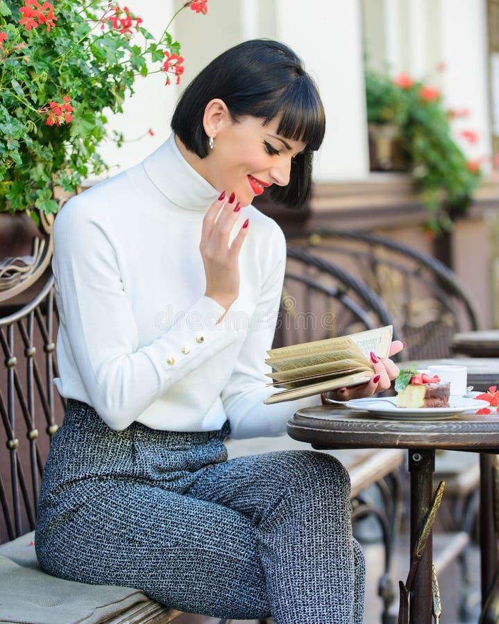女性的文学 女孩饮料咖啡阅读书 杯子好完善的咖啡和宜人的书最佳的组合 免版税库存图片