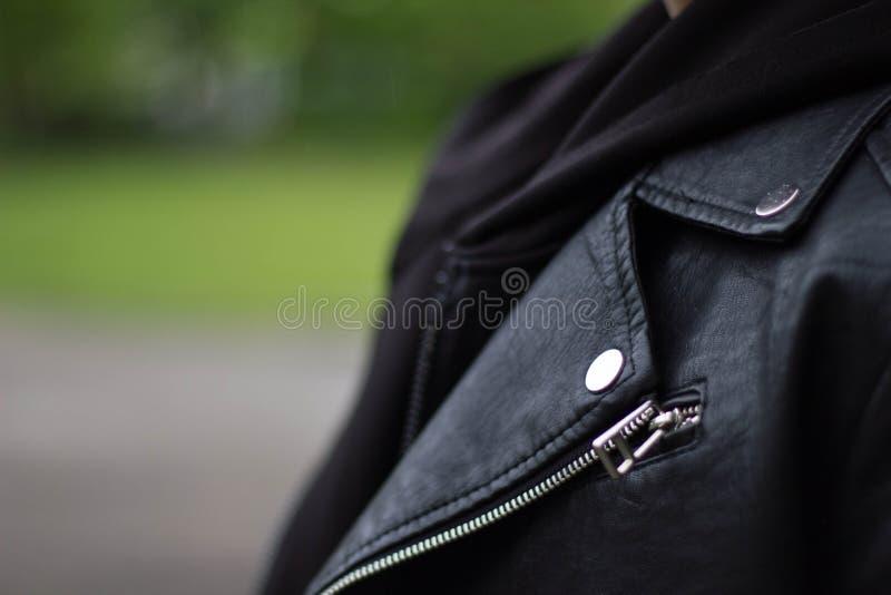 女性皮夹克,衣服夹克翻领钮扣孔织品细节特写镜头  免版税库存照片