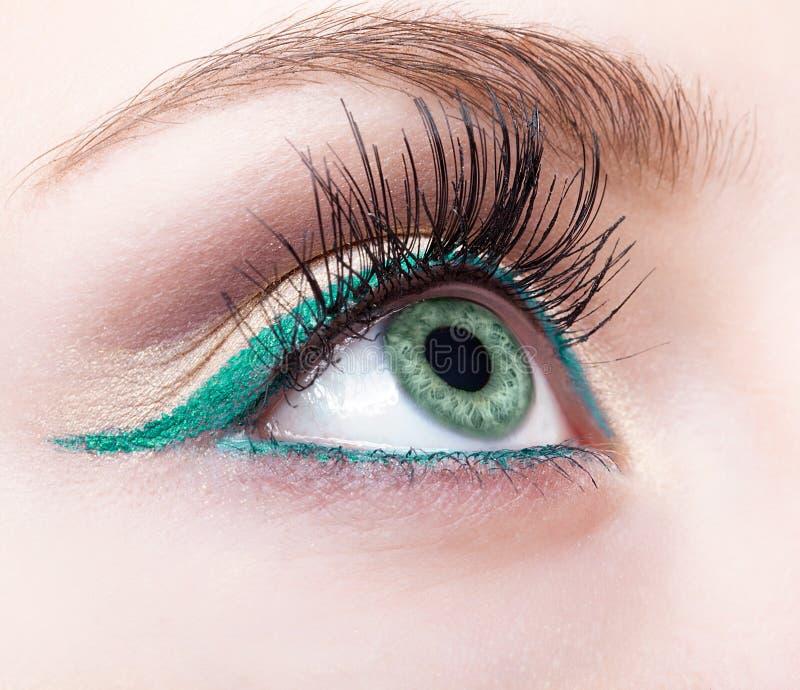 女性眼睛区域和眉头有平衡的绿色眼线膏构成 免版税库存图片
