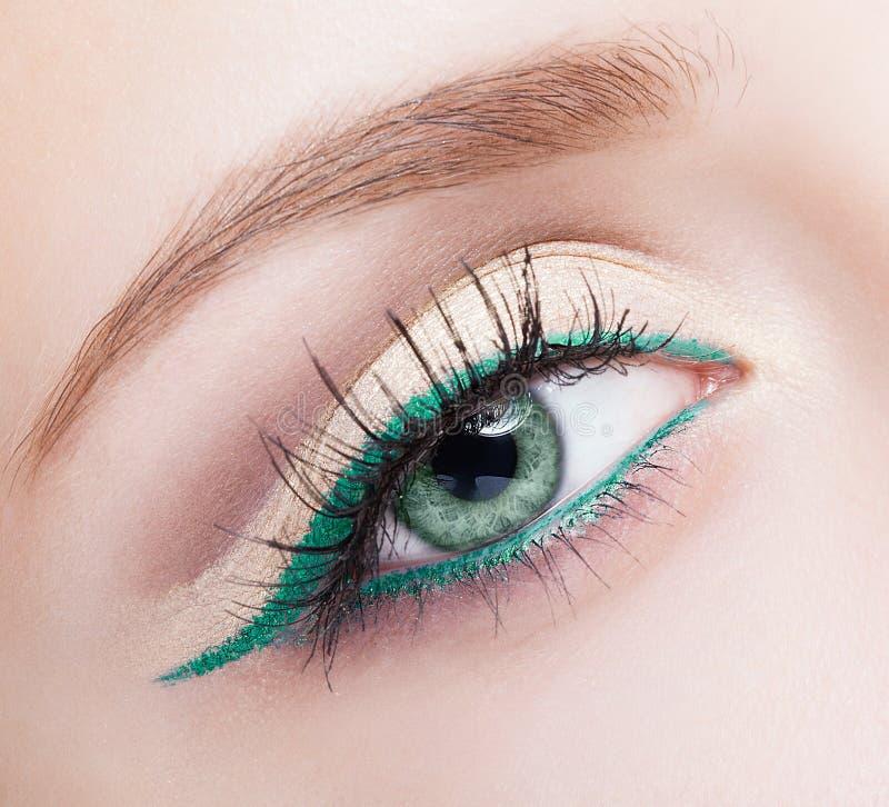 女性眼睛区域和眉头有平衡的绿色眼线膏构成 图库摄影