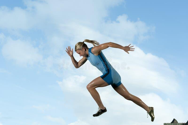 女性短跑选手 免版税库存图片