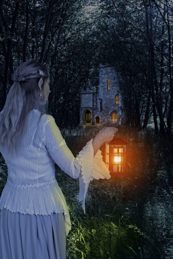 女性矮子在有灯笼的森林 免版税库存图片