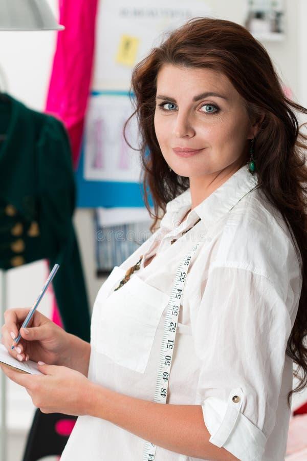 女性礼服制造商画象  免版税库存照片