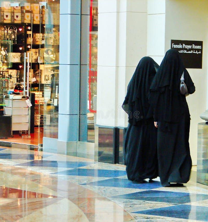 女性祷告房间 阿拉伯妇女在购物市场上在迪拜 免版税库存图片