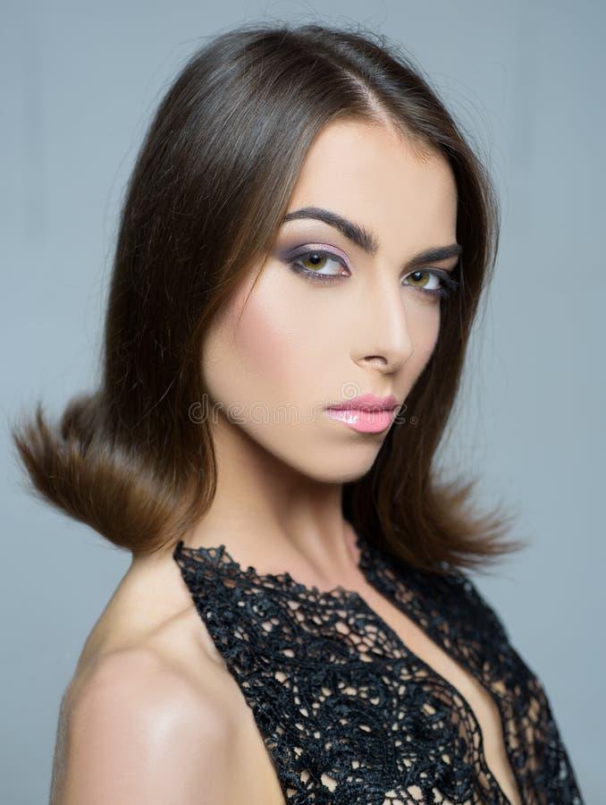 女性秀丽脸概念 少女在灰色背景的演播室 r 发型称呼 ?? 免版税图库摄影