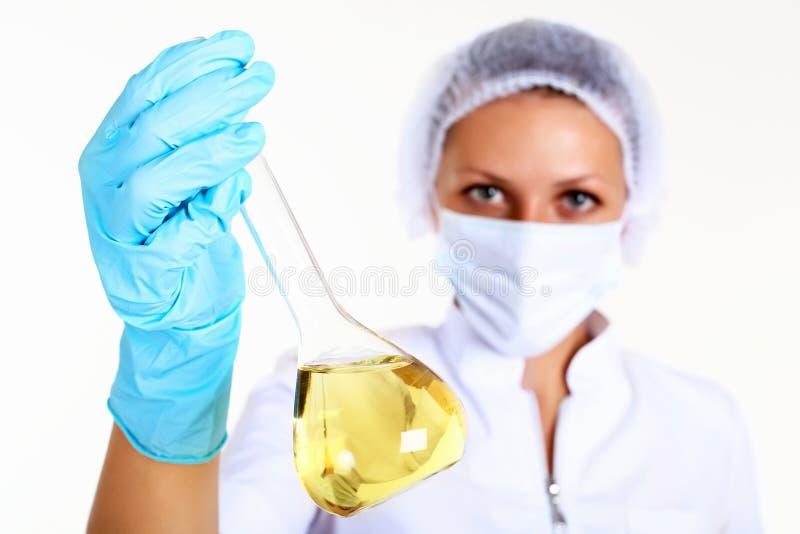女性科学家在化学实验室 免版税库存图片