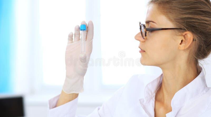 女性科学研究员或验血助理在实验室 概念谎言医学货币集合听诊器 库存照片