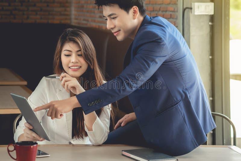 女性秘书和商人亚洲人看informati 免版税库存图片