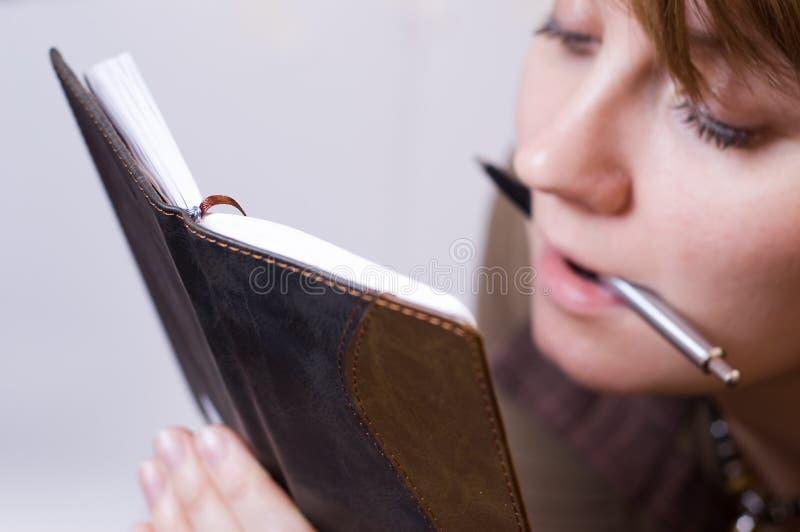 女性笔记本注意读取 免版税库存图片
