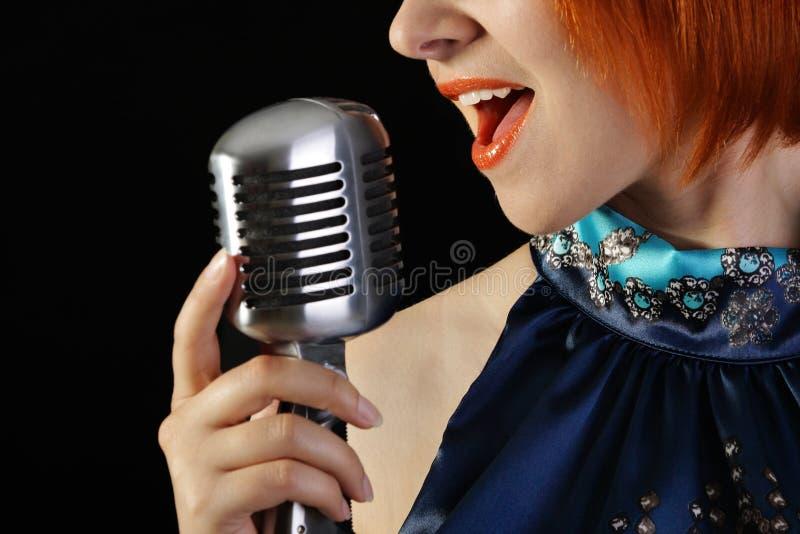 女性红头发人减速火箭的歌唱家 免版税库存照片