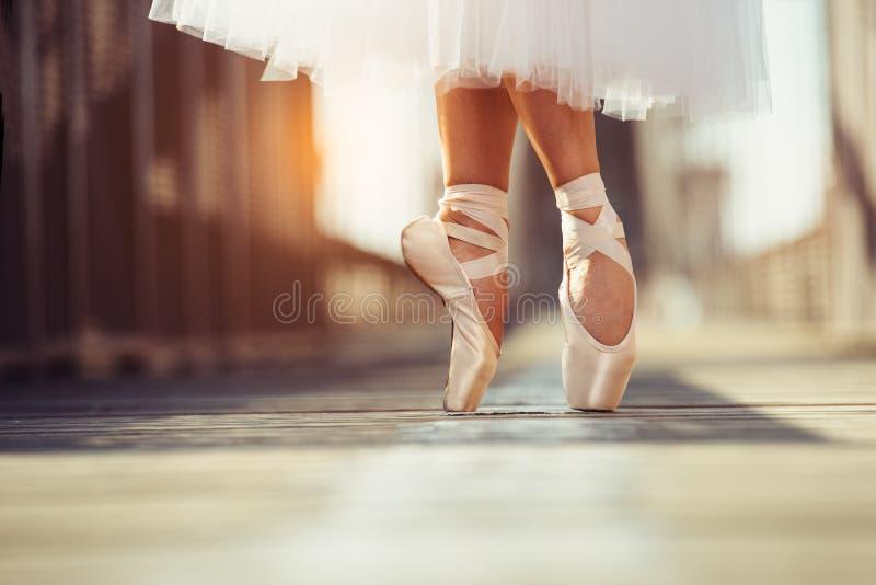 女性经典跳芭蕾舞者的美好的腿在pointe的 免版税库存图片