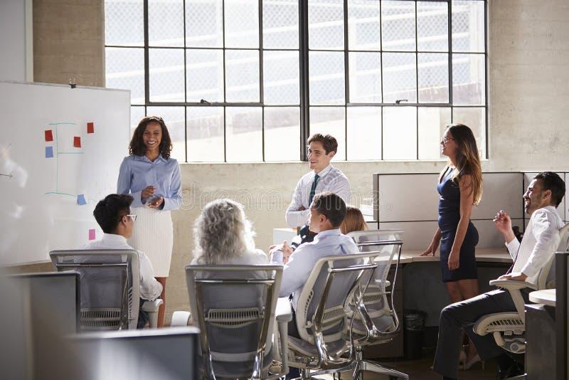 女性经理和同事在突发的灵感会议上 库存照片