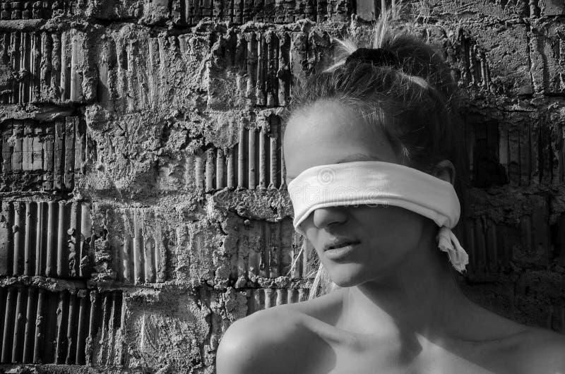 女性绑架年轻人 库存照片