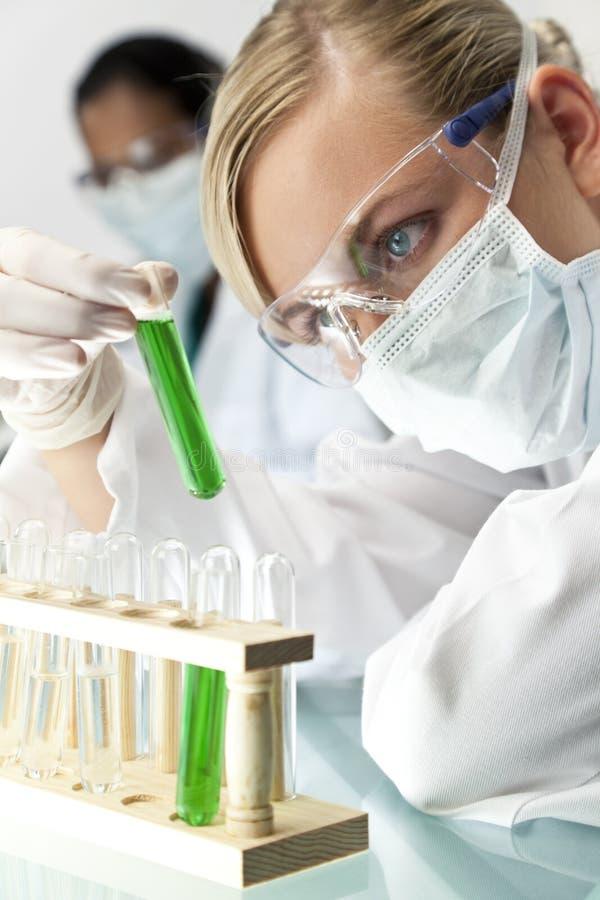 女性绿色液体科学家试管 库存照片