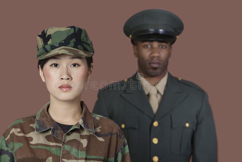 年轻女性美国陆战队战士画象有男性官员的在背景中 免版税图库摄影