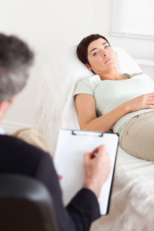 女性耐心的心理学家哀伤联系 库存照片