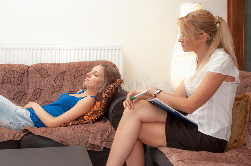 女性耐心的心理治疗家款待 免版税图库摄影