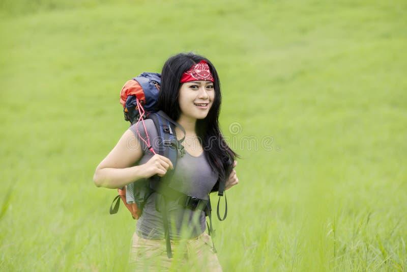 女性背包徒步旅行者步行本质上 库存图片