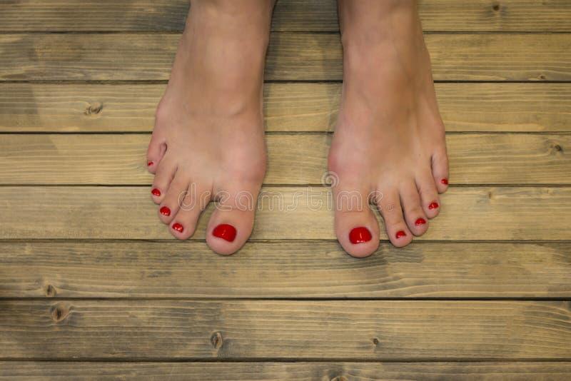 女性脚在木地板或背景上 免版税库存照片
