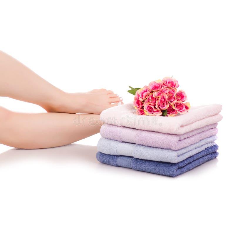 女性脚腿停顿颜色毛巾花秀丽温泉 库存图片