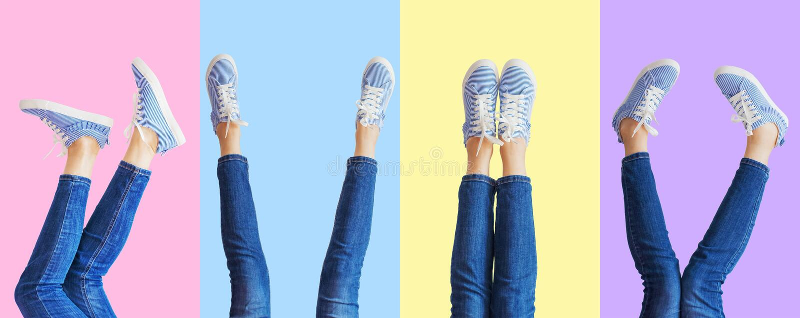 女性腿拼贴画在牛仔裤和运动鞋的在色的背景,全景的不同的姿势 免版税图库摄影