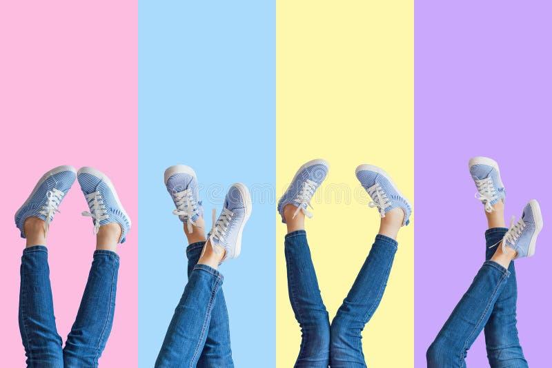 女性腿拼贴画在牛仔裤和运动鞋的在色的背景 库存照片