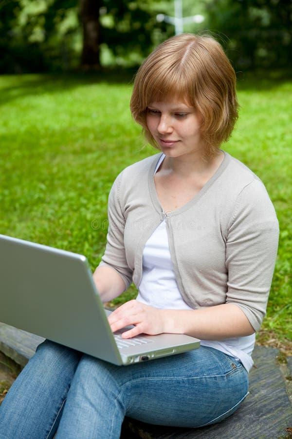 女性膝上型计算机年轻人 免版税库存图片