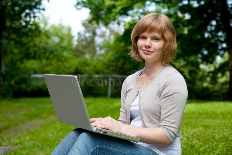 女性膝上型计算机年轻人 免版税库存照片