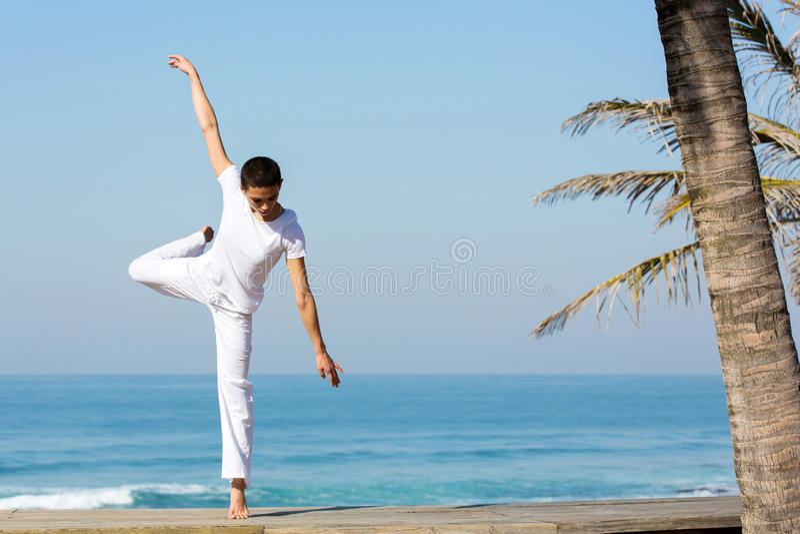 女性舞蹈家海滩 免版税图库摄影