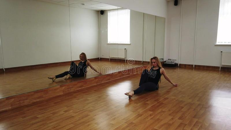 女性舞蹈家训练舞蹈,当排练在舞蹈演播室时 免版税图库摄影