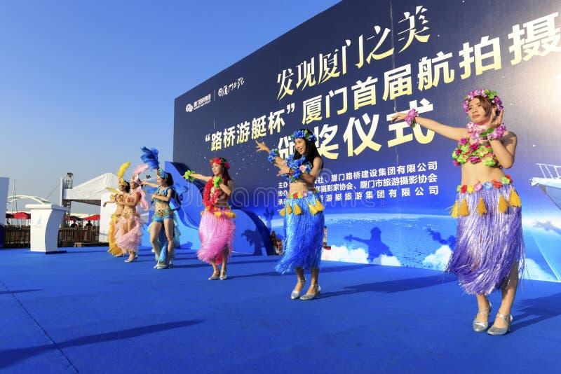 女性舞蹈家跳桑巴 库存图片