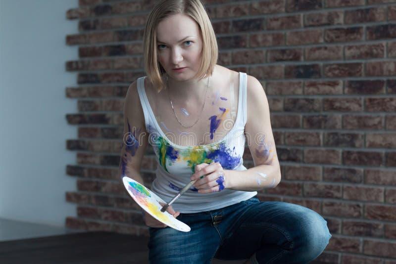 女性艺术家在屋子里画 免版税图库摄影