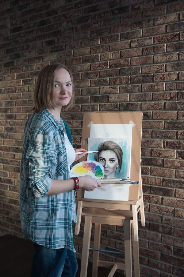 女性艺术家在屋子里画 库存图片