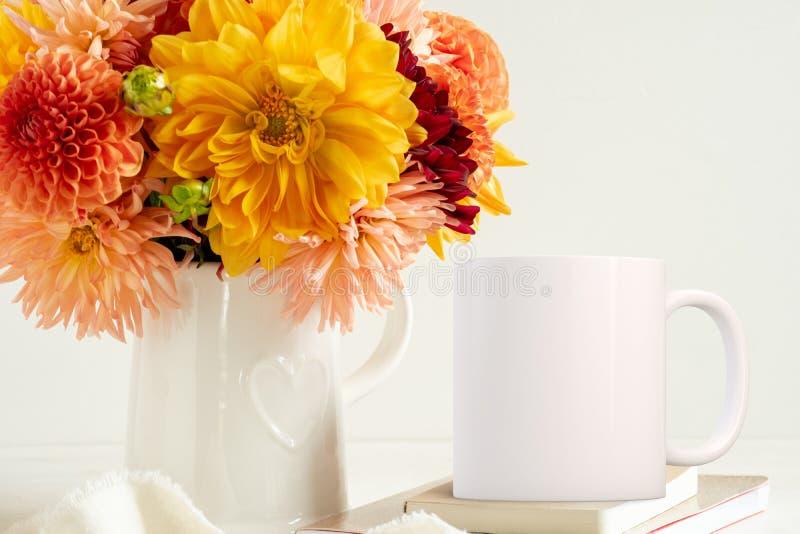 女性花卉白色杯子大模型 免版税库存照片