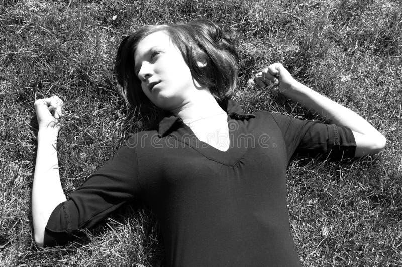 女性草位于的年轻人 库存照片